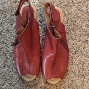 Earth Kristy wide 8.5 regal red open toe shoe